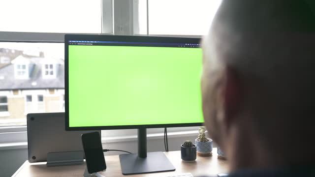 大人の男は自宅でスクリーニングしようとしています - 医療診断機器点の映像素材/bロール