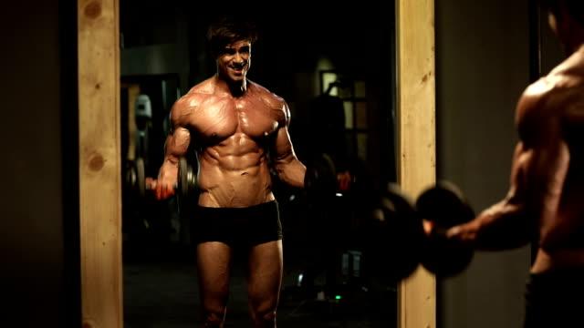 adult man lifting weights in gym, delhi, india - handgewicht stock-videos und b-roll-filmmaterial