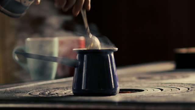 vídeos de stock, filmes e b-roll de homem adulto fazendo café moído em cafeteira - xícara de café