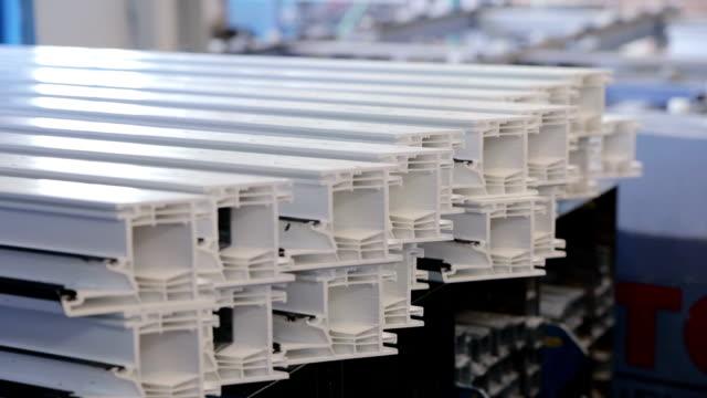 プラスチック製の窓枠にアルミニウム補強を入れて大人の男 - aluminum点の映像素材/bロール