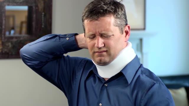 vídeos de stock, filmes e b-roll de adulto homem usando colar cervical expressa desconforto - brace
