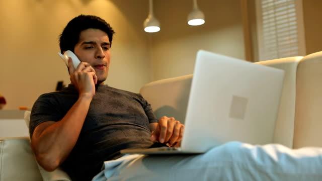 vídeos y material grabado en eventos de stock de adult man working on laptop, delhi, india - teléfono sin cable