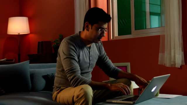 vídeos de stock e filmes b-roll de adult man working on laptop, delhi, india - óculos de leitura