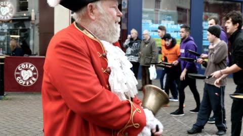vídeos y material grabado en eventos de stock de adult men take place annual shrove tuesday pancake race in fore street on on february 28, 2017 in trowbridge, england. - sartén plana