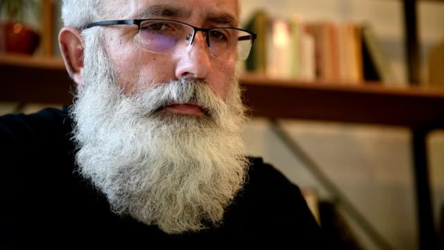 adulto uomo barbuto anziano, lavorando su computer portatile - archivista video stock e b–roll
