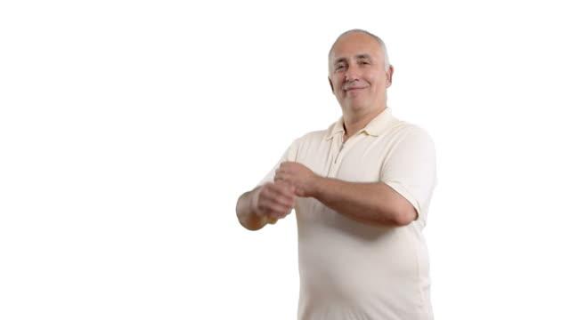 vídeos y material grabado en eventos de stock de senior hombre adulto atraviesa sus brazos y lo sonriendo - camisa blanca