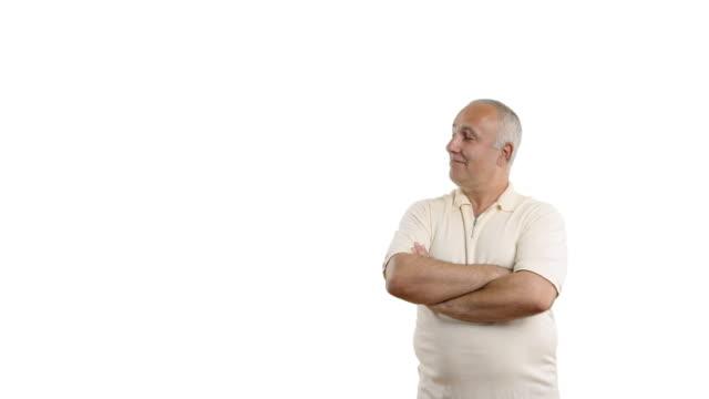vídeos y material grabado en eventos de stock de adulta senior hombre mostrando espacio de copia y mostrando el pulgar - camisa blanca