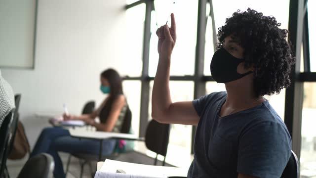 vídeos de stock, filmes e b-roll de estudante adulto cursando a aula - usando máscara facial - aluno de universidade