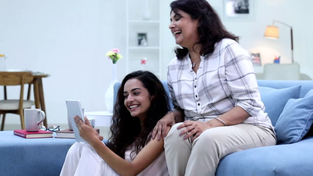 stockvideo's en b-roll-footage met adult woman chatting on digital tablet with her daughter, delhi, india - indisch subcontinent etniciteit