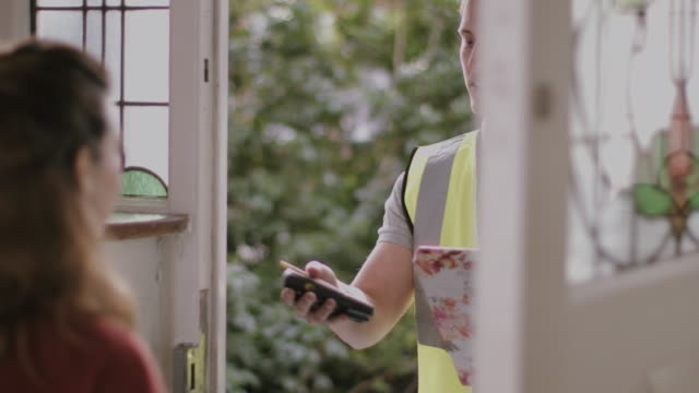 adult woman receiving valentine's day gift from delivery man - türrahmen stock-videos und b-roll-filmmaterial
