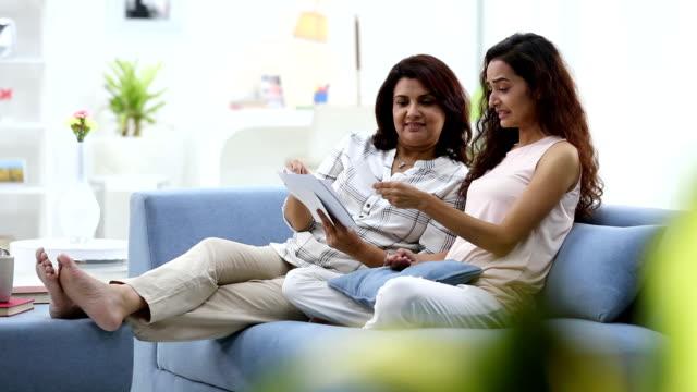 vídeos y material grabado en eventos de stock de adult woman showing pictures of groom to her daughter, delhi, india - planta del pie