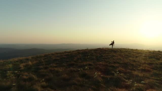 vídeos de stock, filmes e b-roll de mulher adulta que estica os pés sobre um monte - acabando