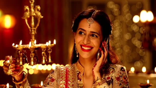 vidéos et rushes de adult woman talking on mobile phone, delhi, india - rouge à lèvres rouge
