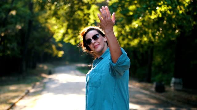 vidéos et rushes de femme adulte qui marche dans le parc - joggeuse