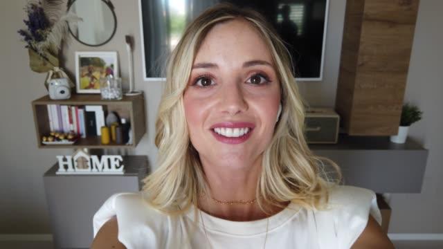 vuxen kvinna som arbetar från hemmakontoret - selfie bildbanksvideor och videomaterial från bakom kulisserna