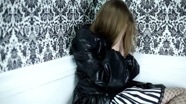 l'età adulta con problemi - colpevolezza video stock e b–roll