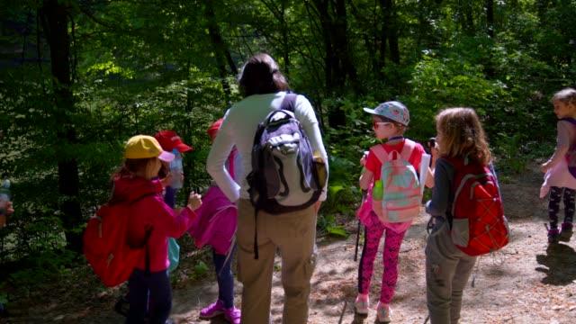 vuxna och barn i naturen - 6 7 år bildbanksvideor och videomaterial från bakom kulisserna