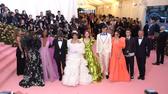 adut akech naomi campbell pierpaolo piccioli joan collins julianne moore mark ronson lykke li lay zhang and stefano sassi at the 2019 met gala... - naomi campbell stock videos & royalty-free footage