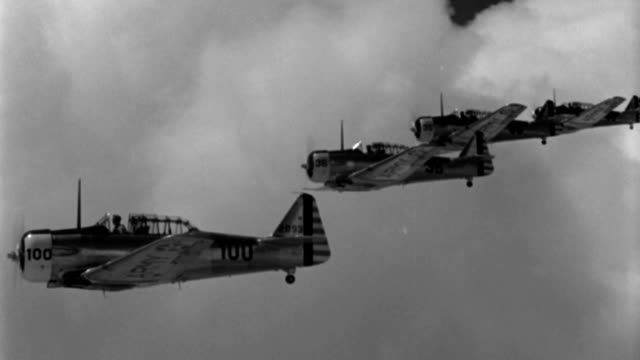 wwii advanced trainer aircraft fly in echelon formation. - formationsfliegen stock-videos und b-roll-filmmaterial