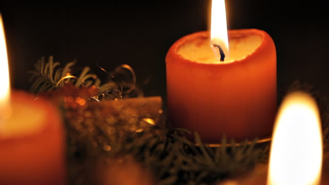 stockvideo's en b-roll-footage met advent candles - krans