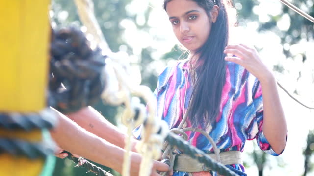 vídeos de stock, filmes e b-roll de atividade de aventura em uma corda bamba - outdoor pursuit
