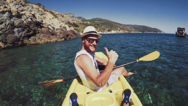 vidéos et rushes de aventure pov: kayak dans une mer de l'été - kayak sport