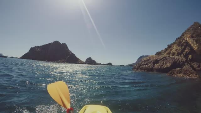 vídeos y material grabado en eventos de stock de aventura pov: kayak en el mar de verano - barco de remos