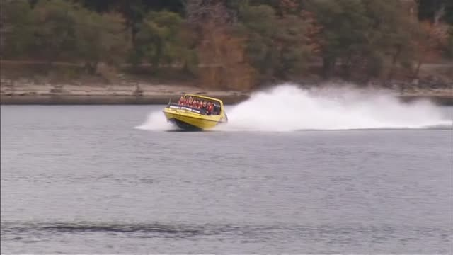 adventure tourism jet boat on lake wakatipu queenstown - acquascooter video stock e b–roll
