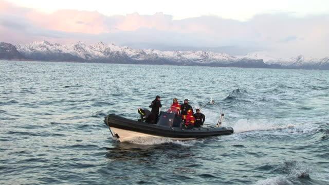 vídeos de stock e filmes b-roll de hd: aventura - barco a motor embarcação de lazer