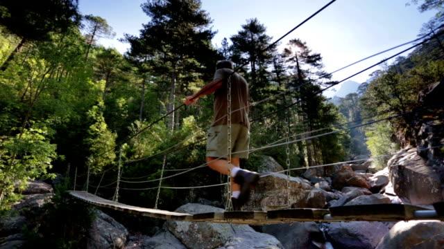 vídeos de stock e filmes b-roll de aventura - ponte suspensa