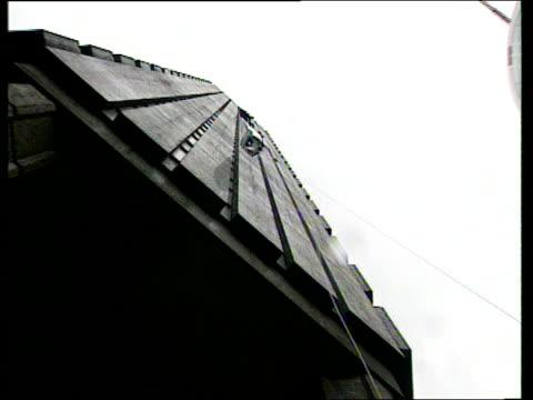 stockvideo's en b-roll-footage met adventurer announces expedition england london la lms sir ranulph fiennes dangling from climbing rope on building tls traffic along street ms fiennes... - omsloten ruimte