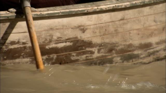 vídeos de stock e filmes b-roll de adventurers explore a river in a wooden rowboat during the 1800s. - explorador