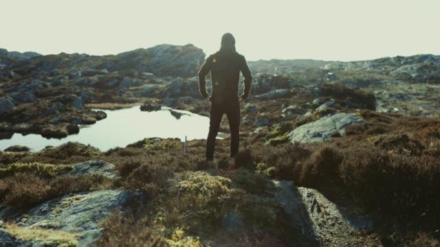 abenteuer eines mannes auf dem berg wandern - rucksack stock-videos und b-roll-filmmaterial
