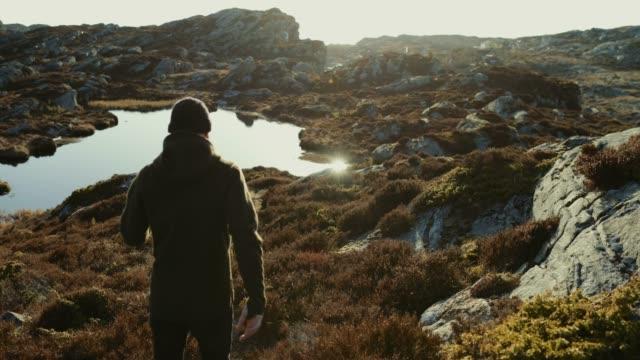 abenteuer eines mannes auf dem berg wandern - reiseziel stock-videos und b-roll-filmmaterial