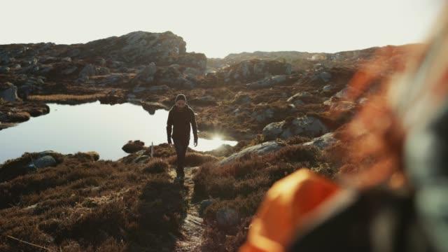 vídeos y material grabado en eventos de stock de aventuras de un hombre de senderismo en la montaña - escandinavia