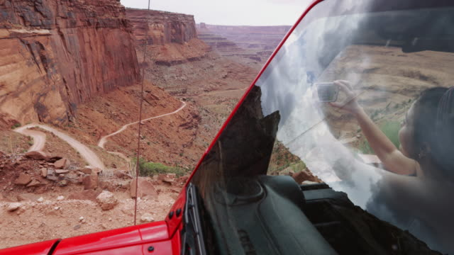 vídeos de stock e filmes b-roll de adventures on 4wd car on american trails: the shafer trail - temas fotográficos