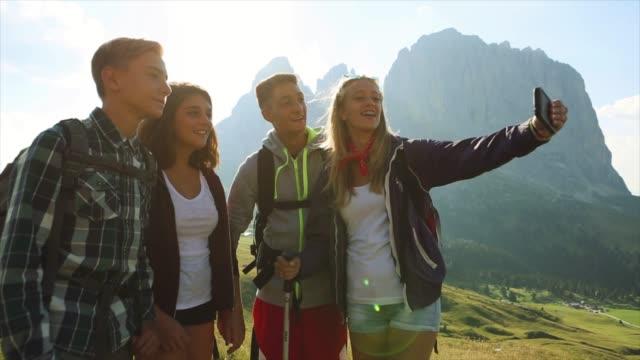 äventyr på dolomiterna: en selfie tillsammans - 16 17 år bildbanksvideor och videomaterial från bakom kulisserna