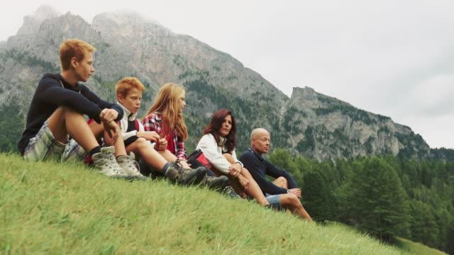 vídeos y material grabado en eventos de stock de aventuras en los dolomitas: familia junto - alto adigio