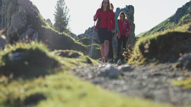 ドロミテでの冒険: ハイキングの女性のグループ - トレンティーノ点の映像素材/bロール