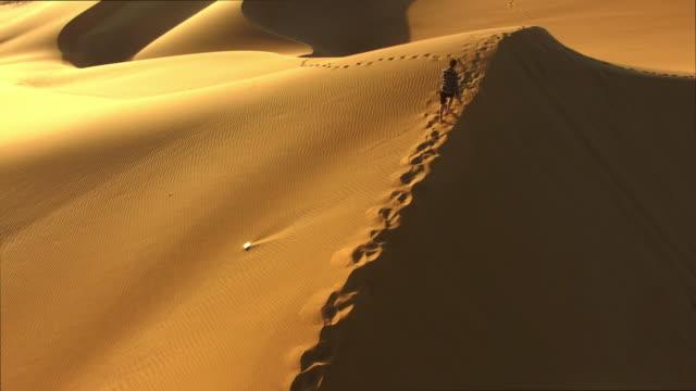 adventuring in the desert - traccia video stock e b–roll
