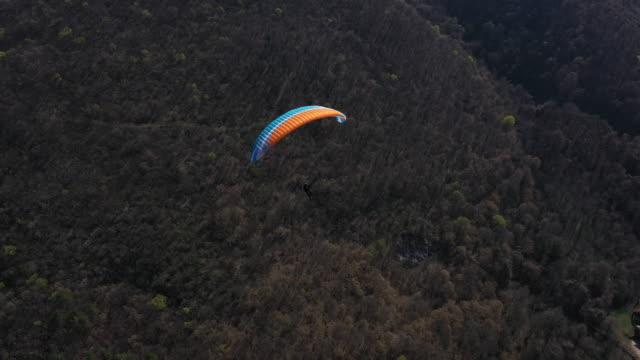 vidéos et rushes de amateur de sports extrêmes aventureux parapente - parapente