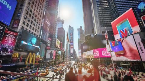 vídeos de stock, filmes e b-roll de publicidade e multidão. time square - sinalização digital