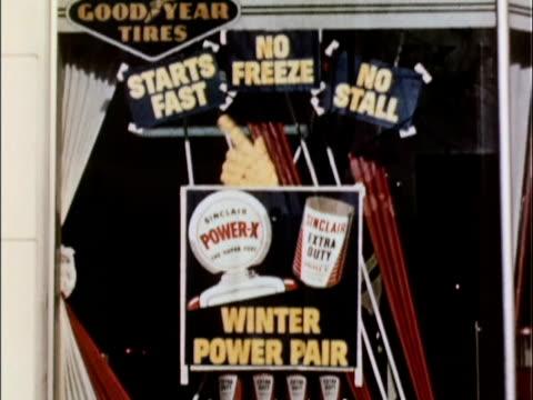 vídeos de stock, filmes e b-roll de 1956 ms td advertising display in 1956 sinclair gas station window / usa - escrita ocidental