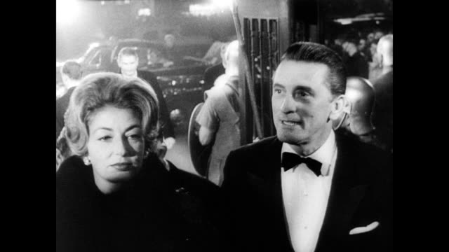 / advertising pieces for 'spartacus' / british police hold back crowd from red carpet / kirk douglas arrives with wife, anne buydens and walks red... - 1960 bildbanksvideor och videomaterial från bakom kulisserna