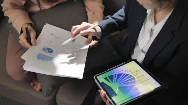 vídeos y material grabado en eventos de stock de asesorar a las finanzas asiáticas en casa - hoja de cálculo electrónica