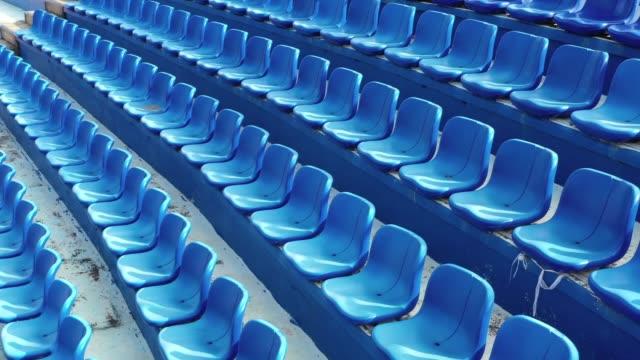 vidéos et rushes de aeiral vue de sièges vides dans un stade - angle de prise de vue