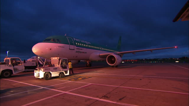 aer lingus aeroplane begins to pull out of airport, northern ireland - グランドキーパー点の映像素材/bロール