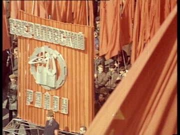aer red square w/ massive may day parade. pan moscow kremlin. portrait of lenin, marx, engels on a giant red banner. may day parade on red square... - tidigare sovjetunionen bildbanksvideor och videomaterial från bakom kulisserna