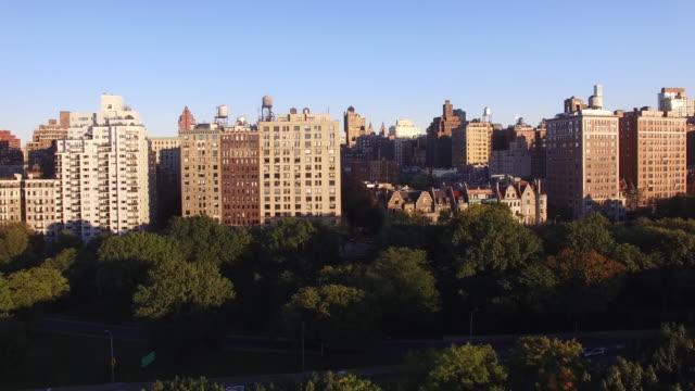 aerail view of new york city at sunset. skyline establishing shot - panoramica verso l'alto video stock e b–roll