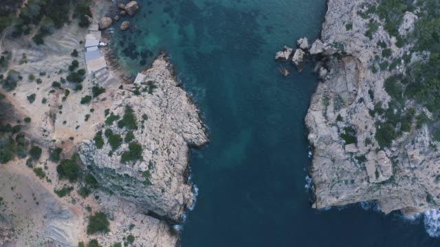 イビサ島の隠れた小さな湾のアレアルビュー。4k - バレアレス点の映像素材/bロール